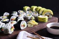 Easily make homemade veggie sushi with your favorite veggies and can even add any protein you'd like! You don't even need to own a rice maker or sushi mat! Sushi Recipes, Veggie Recipes, Healthy Recipes, Veggie Meals, Inside Out Sushi, Sushi Ginger, Rice Maker, Sushi Dishes, Veggie Sushi