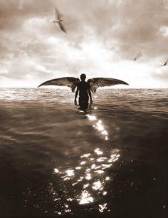 Ángel sobre el océano b/n