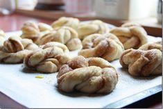Verdens beste kanelknuter fylt med valijekrem! Tart, Almond, Food And Drink, Cookies, Baking, Desserts, Biscuits, Bread Making, Cake
