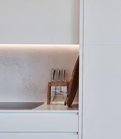 Caesarstone Quartz Colours for Kitchens & Bathrooms Black Kitchens, Home Kitchens, Riverside Apartment, Lisa Smith, Oak Shelves, Engineered Stone, Calacatta, Splashback, Apartment Kitchen