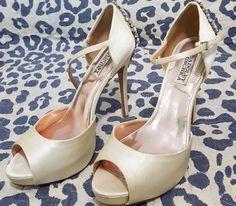 """d63fbe5d1 Achados que ♥ on Instagram  """"Oportunidade para quem sempre sonhou em se  casar com um sapato da marca Badgley Mischka!! Vejam que sandália  maravilhosa que a ..."""