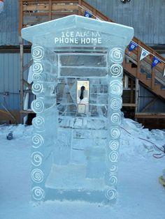 cool phone booth (buuurrrr)  アラスカの電話ボックスらしいです。キレイだけど…。