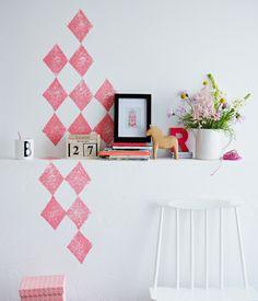 Geometrische Wandmuster Für das Wandmuster brauchen Sie einen rechteckigen Schwamm, auf dem Sie mit einem Lineal einen Rhombus zeichnen. Mit einem Cutter die Außenlinie einschneiden und den äußeren Teil wegschneiden. Dann mit einem kleineren Schwamm Acrylfarbe auf dir Druckfläche tupfen und den Schwamm gleichmäßig auf die Wand drücken