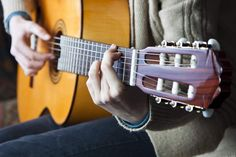 teaching guitar - How to hold a guitar http://www.guitarhabits.com/how-to-hold-a-guitar-proper-posture-and-hand-positioning/
