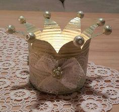 Die goldene Blechdose habe ich mit grün /goldener Acrylfarbe bemalt und dann verziert und die Holzperlen zusätzlich mit kleinen Halbperlen beklebt.