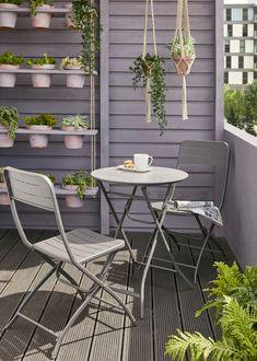 Parfaite pour aménager de petits espaces, cette jolie table trouvera très bien sa place sur votre balcon ou votre terrasse. Pliante et résistante à la rouille, elle est aussi pratique que durable. #castorama #inspiration #decoration #ideedeco #amenagement #tendancedeco #jardin #abridejardin #decojardin #petitetable #balcon #pots #plantes #chaise