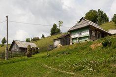"""Ukrajina je pro nás nejbližší """"exotickou"""" zemí. Pokud chcete zažít dovolenou, přikteré prozkoumáte pár nádherných pohoří, objevíte rázovité kouzlo vesniček ztracených vprostoru ičase akde budete zatraceně rádi, že žijete pár set kilometrů víc na západ, jste tady správně. Amy pro vás máme průvodce nabitého informacemi, které se vám přicestování poUkrajině budou určitě hodit. Doprava na Ukrajinu Ukrajina je velká, takže přivolbě dopravy h Cabin, House Styles, Cabins, Cottage, Wooden Houses"""