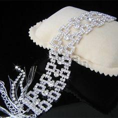 Pulsera Cuadros    Pulsera ajustable de cristal Austriaco con baño de plata.  Medidas: ancho: 2,5cm, Largo 16cm + 8cm de cadenilla