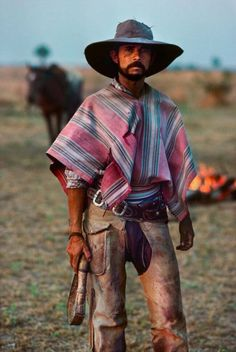 A Gaucho stands with pride, Chaco, Paraguay. The Paraguayan Chaco or Región Occidental is a semi-arid region, with a very low population density. The area is being rapidly deforested. Photo by Steve McCurry We Are The World, People Around The World, Rio Grande Do Sul, Latin America, South America, Steve Mccurry Photos, Vivre A New York, Westerns, Foto Portrait