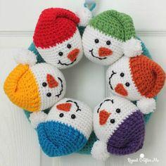 Crochet Gift Patterns Circle of Snowmen Crochet Wreath - Repeat Crafter Me ~ Crochet Santa, Crochet Snowman, Crochet Gifts, Cute Crochet, Crochet Dolls, Crochet Christmas Wreath, Crochet Wreath, Christmas Crochet Patterns, Holiday Crochet