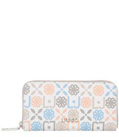 De Large Iride Wallet van Liu Jo is een prachtige portemonnee met trendy twist. De portemonnee is rondom voorzien van de Liu Jo logoprint en sluit met een rits.