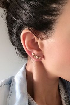 Starfish Earrings Ear Crawler Climber Earring Gold by Elamese Ear Jewelry, Cute Jewelry, Jewelry Box, Jewelry Accessories, Jewellery, Starfish Earrings, Wire Earrings, Climbing Earrings, Accesorios Casual
