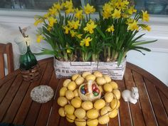 Narsissit, munakranssi Easter, Table Decorations, Vegetables, Furniture, Food, Home Decor, Decoration Home, Room Decor, Easter Activities