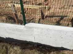 Zed z pohledoveho betonu => predni a zadni strana pozemku