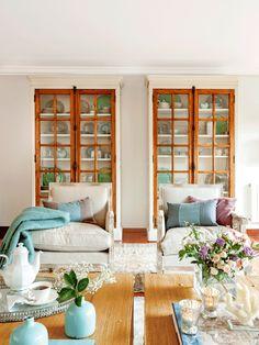 Salón con dos vitrinas gemelas, butacas y dos mesas de centro 00417690