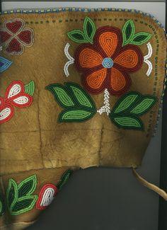 Metis Beadwork: Characteristics and Design Native Beadwork, Native American Beadwork, Beaded Flowers Patterns, Beading Patterns, Beadwork Designs, Bead Sewing, Diy Braids, Nativity Crafts, Beaded Purses