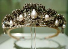 Tiara de la Chata o Tiara Mellerio - Casa Real de España. Realizada por la joyería Meller en 1867. La compro la Reina Isabel II como regalo de bodas para su hija, la Princesa de Asturias, en 1868.