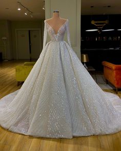 Valdrin Sahiti discovered by Ruth on We Heart It Quince Dresses, Gala Dresses, Event Dresses, Formal Dresses, Princess Wedding Dresses, Dream Wedding Dresses, Bridal Dresses, Stunning Dresses, Beautiful Gowns