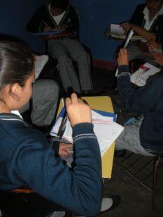 Tercer día de práctica: Reunidos en equipos, posterior a la lectura de las noticias, los alumnos realizan de manera individual la ficha del seguimiento de la noticia.