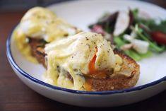 Przepis na jajka po benedyktyńsku, czyli doskonałe danie na wykwintne śniadanie, wbrew pozorom nie jest taki trudny. Jajka w koszulce z grzankami i pysznym holenderskim sosem to idealny sposób, by świetnie rozpocząć każdy dzień (choć najlepiej jeść je na śniadanie w weekend, ponieważ ich przygotowanie jest nieco czasochłonne). Jak zrobić jajka po benedyktyńsku? Przepis znajdziecie poniżej. Eggs, Breakfast, Food, Haha, Morning Coffee, Essen, Egg, Meals, Yemek