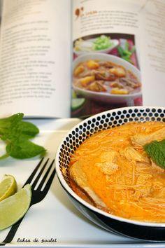 Le laksa est une soupe malaisienne à base de curry et de lait de coco, comportant des nouilles et du tofu frit, accompagnés de poulet ...