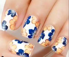Base blanco con decoración de flores azul y nude...