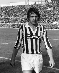 """Antonio Cabrini fue conocido entre los aficionados como Bell'Antonio (""""Bello Antonio"""" o El Novio de Italia), por su popularidad como un fascinante jugador de fútbol. En el campo, su calidad en técnicas y destreza física le hicieron uno de los mejores defensas / atacantes de la historia del fútbol italiano y mundial."""