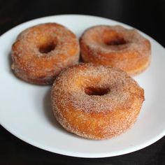 Como fazer rosquinhas. As rosquinhas são um lanche delicioso indicado para os mais gulosos. Sabem bem em qualquer altura, podendo ser servidos no café da manchã, no lanche da tarde e até de sobremesa. Podem ser simples, dec...