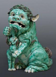 Figurine représentant un chien de fô et son petit. XIXème siècle. H. 25 cm Oreille manquante - Chine