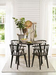Charmig matgrupp från @Rowico Carmen stol. #rowico #matgrupp Flat House Design, Dining Table Design, Beautiful Interior Design, Large Furniture, Cozy Living, Interior Inspiration, Sweet Home, White Round Dining Table, Home Decor