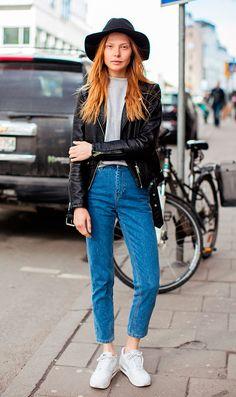 Look básico mas nem tanto. Street style look com jaqueta de couro preta, calça jeans e tênis.