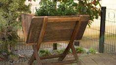 Die Pflanzsaison steht vor der Tür. Wie wäre es denn einmal mit einem Hochbeet? Martina Lammel zeigt, wie Sie aus einem alten Holztisch ein kleines Hochbeet bauen können. Es passt bequem auf jeden Balkon und eignet sich gut zur Aufzucht von Kräutern.