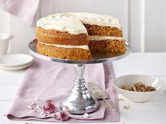 Mehevä porkkanakakku on yksi kahviloiden suosikkikakkuja. Kanelilla ja muskottipähkinällä maustettu kakku täytetään ja kuorrutetaan sulatejuustokuorrutuksella.