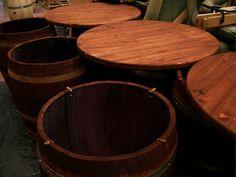 Tavoli da barrique in rovere francese con piani in massello d'abete tinto noce