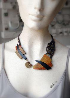 Une forme qui n'est pas courante pour ce collier réalisé en argile polymère et macramé. Un petit connecteur bronze ethnique pour assembler les deux pièces en polymère. Tour d - 21013025
