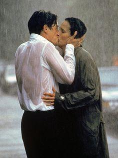 Hugh Grant y Andie MacDowell en 4 Bodas y un funeral, dirigida por Mike Newell - 1994 George Sand, Hugh Grant, Kissing In The Rain, Dancing In The Rain, Couple Kissing, Love Movie, I Movie, Info People, Movie Kisses
