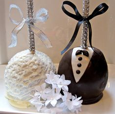 Bride & Groom Chocolate Covered Apples with Silver Bling Sticks-I think cake pops instead of apples Wedding Cake Pops, Wedding Candy, Bling Wedding, Carmel Candy, Gourmet Caramel Apples, Apple Pop, Chocolate Covered Apples, Cupcake Cakes, Cupcakes