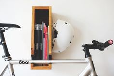 Fahrradhalterung und Bücherregal aus Holz in Eins
