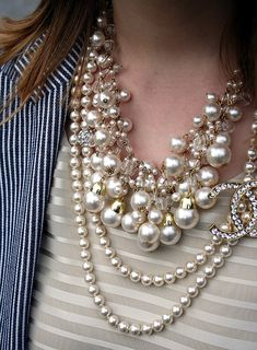 Resultado de imagem para how to wear chanel pearls Pearl Jewelry, Jewelery, Vintage Jewelry, Jewelry Necklaces, Beaded Necklace, Stylish Jewelry, Jewelry Accessories, Fashion Accessories, Fashion Jewelry
