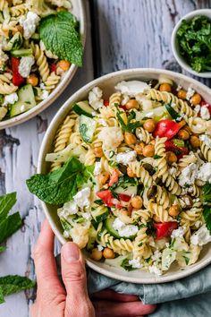 Easy pasta chickpea salad with mint and feta - Klara`s Life Asian Pasta Salads, Tuna Salad Pasta, Best Pasta Salad, Pasta Salad Italian, Chickpea Salad Recipes, Lentil Salad, Pasta Salad Recipes, Salat Al Fajr, New York Cheesecake Rezept