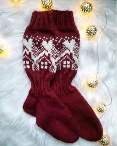 Suuri Käsityö -lehden vanhasta Metsänväki-sukkamallista poimittu yksityiskohta on innostanut käsityönystävät neulomaan somia pikkumökkejä... Wool Socks, Knitting Socks, Baby Knitting, Knitting Ideas, Mittens Pattern, Slipper Socks, Christmas Stockings, Plaid, Crochet