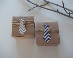 This item is ready to ship the following day. IF ordered by noon EST, it will ship the same day. If you would like the neck ties in colors other than navy chevron and gray chevron, please check before ordering to make sure we have the colors/patterns in stock. Need a different amount? Please message me. Questions? Id love to help! 30 Necktie baby shower favor boxes for your next Little Man baby shower. Neckties can be made in the color options shown in chevron or polka dot. Neckties can…