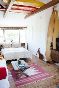 Get The Look: The California Surf Shack. The casual cool look of the California beach bungalow comes to life in the new book, Surf Shack: Laid-back Living by the Water Decoration Surf, Surf Decor, Surf Style Decor, Wall Decor, Beach Cottage Style, Beach House Decor, Home Decor, Coastal Style, Beach House Furniture