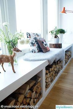 sittbänk,fönsterbräda,ved,vedförvaring,ren,kuddar,fårfäll,rådjur,snittblommor,blommor,fönster