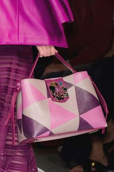 Aigner at Milan Fashion Week Spring 2017 - Details Runway Photos Leather Purses, Leather Handbags, Leather Bag, Sacs Design, Fashion Bags, Womens Fashion, Milan Fashion, Cooler Look, Bags 2017
