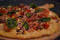 Pizza Bianca met geitenkaas en rauwe ham