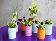 Express your creativity in your garden creating unique repurposed garden containers! You can make fantastic garden containers with old items you already have around the house. Replacing the boring pots with some creative garden containers will make Painted Tin Cans, Paint Cans, Green Gifts, Paint Recycling, Magic Garden, Herb Garden, Garden Pots, Tin Can Flowers, Recycle Cans