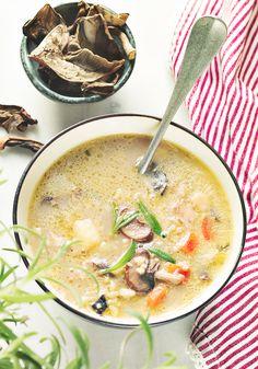 Grzybowa z suszonych grzybów i kaszy bulgur dried mushrooms soup Soup Recipes, Diet Recipes, Vegetarian Recipes, Dried Mushrooms, Stuffed Mushrooms, Coconut Curry Soup, Asia, Mushroom Soup, Food Porn