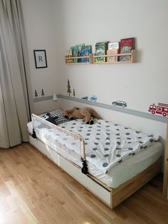 Autíčka a silnice v lese na zdi u postele staršího ze dvou sourozenců. Na odkaze se dozvíte více. My Home Design, House Design, Bed, Room, Furniture, Home Decor, Bedroom, Decoration Home, Stream Bed