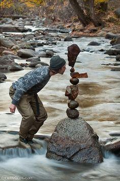 Les pierres en équilibre de Michael Grab - En utilisant sons sens étonnant de l'équilibre puis sa patience à toute épreuve, Michael Grab est passé maître dans l'art de faire tenir des pierres de toutes tailles en équilibre
